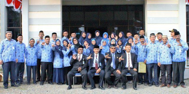 Jajaran Pimpinan LPMP Aceh Berpose Bersama Seluruh Widyaiswara LPMP Aceh
